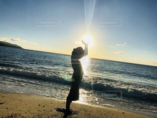 太陽を持つ人の写真・画像素材[2628834]