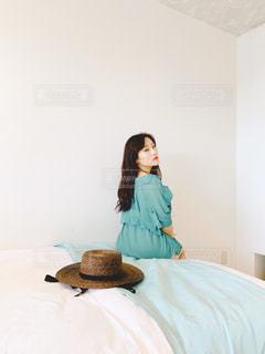 ベッドに座っている女性の写真・画像素材[2274885]