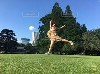 女性,公園,夏,芝生,屋外,ワンピース,青空,ジャンプ,散歩,女,樹木,元気,さんぽ,お散歩,おさんぽ,フォトジェニック,あおぞら,こうえん,晴れた空