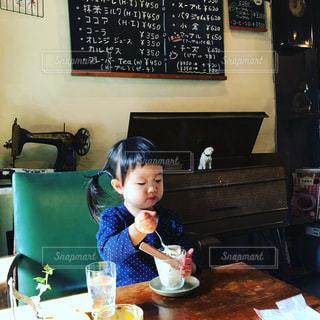 テーブルに座っている人の写真・画像素材[2280087]