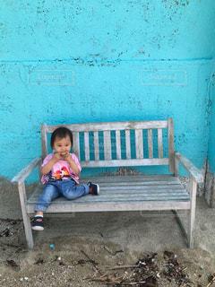 ベンチに座っている小さな子供の写真・画像素材[2279556]