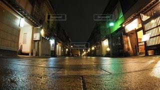 夜の空っぽの街路の閉鎖の写真・画像素材[2280183]