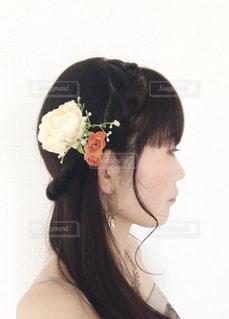 花,白,黒,結婚式,オレンジ,ドレス,黒髪,ネックレス,ピアス,編み込み,オフホワイト,ドレスアップ