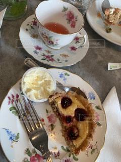 テーブルの上の食べかけの写真・画像素材[2282292]