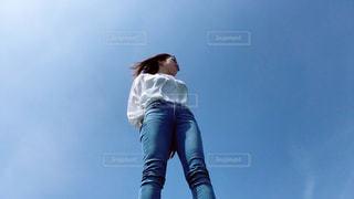 青空を見た女性の写真・画像素材[2442982]