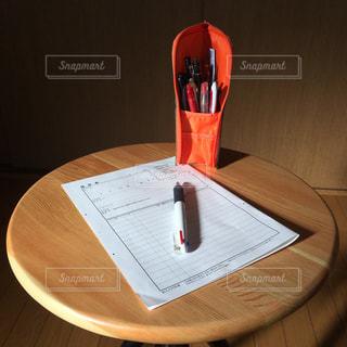 木製のテーブルの上にある文房具の写真・画像素材[2884794]