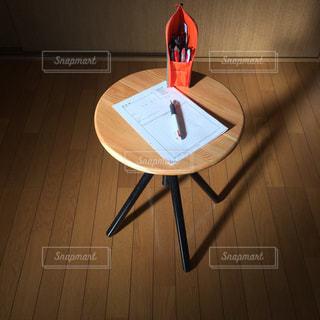 木製のテーブルのうえの文具の写真・画像素材[2884795]