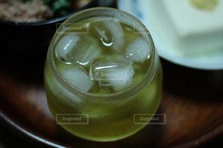 テーブルの上のガラスのクローズアップの写真・画像素材[3494466]
