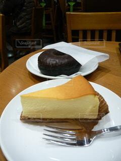 テーブルの上のチーズケーキとドーナツの写真・画像素材[4023285]
