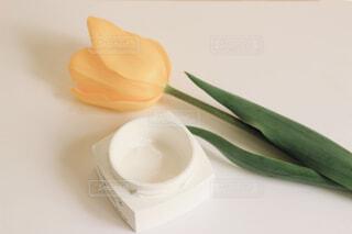 テーブルの上のお気に入りクリームの写真・画像素材[4302988]