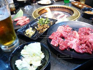 食べ物の皿をテーブルの上に置くの写真・画像素材[4332017]