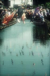 川から飛び出すような鯉のぼりの写真・画像素材[4402922]