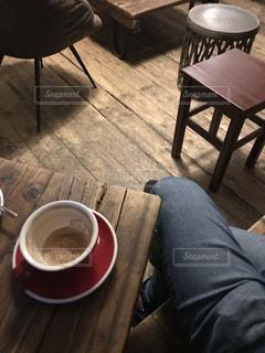 木製のテーブルの上に置くコーヒー1杯の写真・画像素材[2871264]