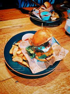 テーブルの上の食べ物の皿の写真・画像素材[2289187]