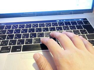 ラップトップコンピュータを使用する人の写真・画像素材[2330719]