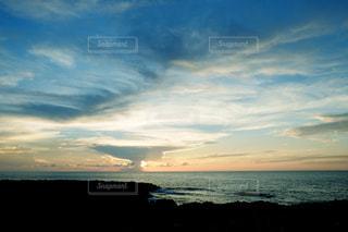 水の体の上の夕日の写真・画像素材[2417550]