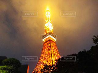 雨の日の夜の東京タワーの写真・画像素材[2760777]