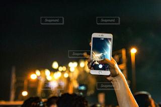 群衆の前に立つ男の写真・画像素材[2290410]