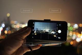 携帯電話を持つ手の写真・画像素材[2290412]
