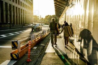 空,カップル,屋外,晴れ,夕焼け,散歩,手繋ぎ,人物,逆光,人,夕陽,レジャー,お散歩,ライフスタイル,お出かけ