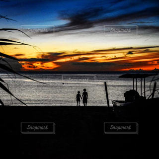 沖縄のビーチで黄昏る兄弟の写真・画像素材[2329778]