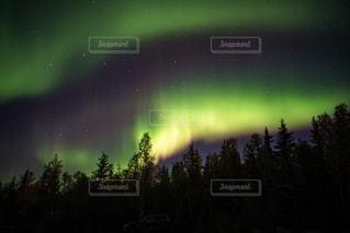 カナダのオーロラと星空の写真・画像素材[3373848]