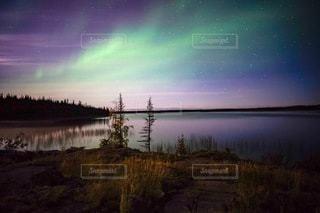 カナダのオーロラと星空の写真・画像素材[3373846]