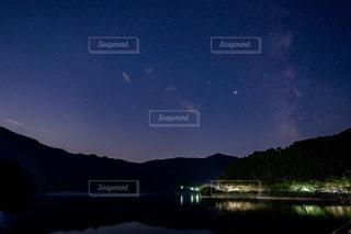 奥多摩湖の星空の写真・画像素材[3598045]