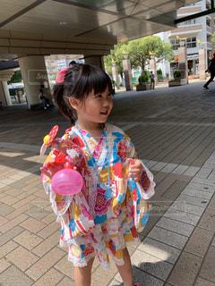 歩道に立っている小さな女の子の写真・画像素材[2448309]