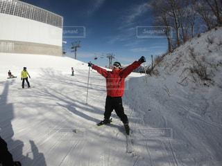雪に覆われた斜面をスキーに乗る男の写真・画像素材[2957116]