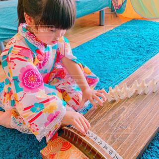 琴を奏でる少女の写真・画像素材[3255603]