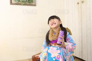 面白いと大笑いする子供の写真・画像素材[4113691]