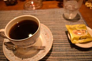 テーブルの上でコーヒーを一杯飲むの写真・画像素材[2292979]