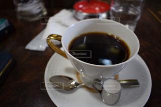 テーブルの上でコーヒーを一杯飲むの写真・画像素材[2292981]