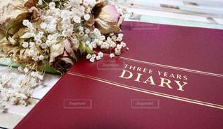 テーブルの上のピンクの花の写真・画像素材[2294056]