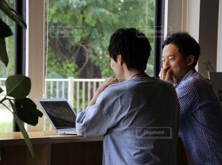 パソコンで打合せをする2人の男性の写真・画像素材[2335209]