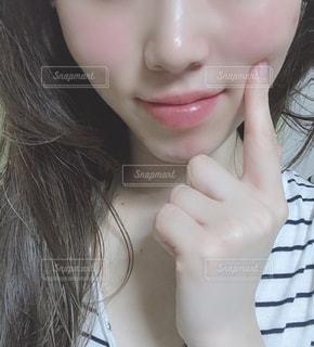 自分撮りをする若い女性の写真・画像素材[2299602]