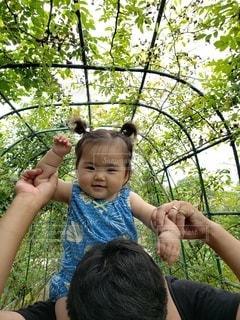 家族,風景,屋外,散歩,少女,樹木,笑顔,肩車,赤ちゃん,おでかけ