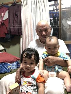 おじいちゃんと自分の子🥰     おじいちゃんから見るとひ孫になります!   笑顔が可愛い😍の写真・画像素材[2497918]