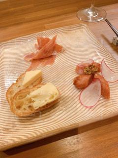 木製のテーブルの上のパンの写真・画像素材[2435859]