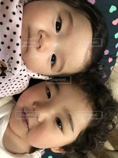 姉妹で寝姿クローズアップの写真・画像素材[2297584]