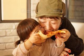 ピザのスライスを食べる若い女の子の写真・画像素材[2363889]