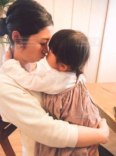 赤ん坊を抱いている女性の写真・画像素材[2363905]