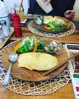 テーブルの上の食べ物の皿の写真・画像素材[2298349]
