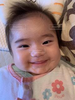 カメラのポーズをとる赤ん坊の写真・画像素材[2353328]