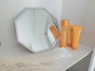 洗面台と鏡付きの台所の写真・画像素材[2343802]