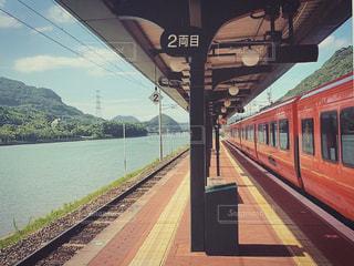赤い電車の写真・画像素材[2435003]