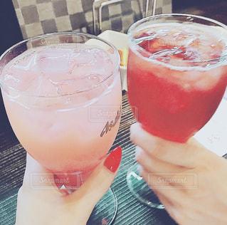 女性,20代,お酒,人物,人,グラス,カクテル,乾杯,ドリンク,女子会,友達,親友,アルコール,飲料,ソフトド リンク,ピンク レディー,ピンク ・ ジン