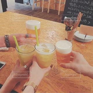 女性,男性,20代,30代,カップル,お酒,屋内,テーブル,人物,人,グラス,ビール,レストラン,カクテル,乾杯,男女,ドリンク,友達,アルコール,木のテーブル