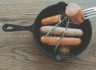食べ物,ランチ,フォーク,野菜,ウインナー,肉,料理,朝ごはん,おいしい,モーニング,ソーセージ,ジューシー,ローズマリー,レシピ,肉汁,木のテーブル,フライパン,アンバサダー,マスタード,粒マスタード,成分,ジョンソンヴィル